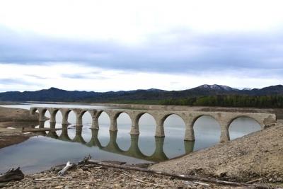 湖面に映る橋が美しい タウシュベツ川橋梁