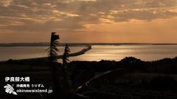 伊良部大橋を望む朝焼け