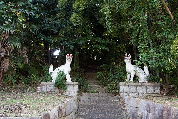 緒畑稲荷神社(三王山)入り口の稲荷像