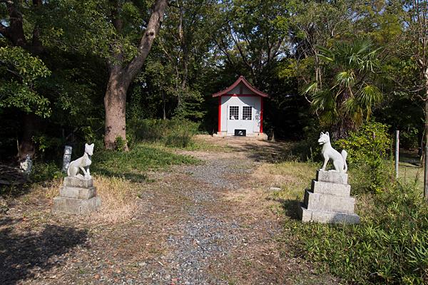 緒畑稲荷神社(三王山)境内堂前とキツネ像