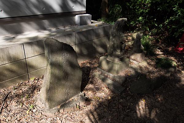 緒畑稲荷神社(三王山)御嶽教石碑と石仏