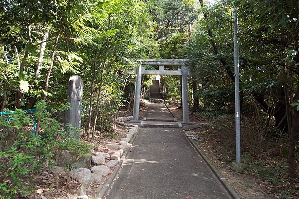 八つ松八幡社蔵王堂入り口