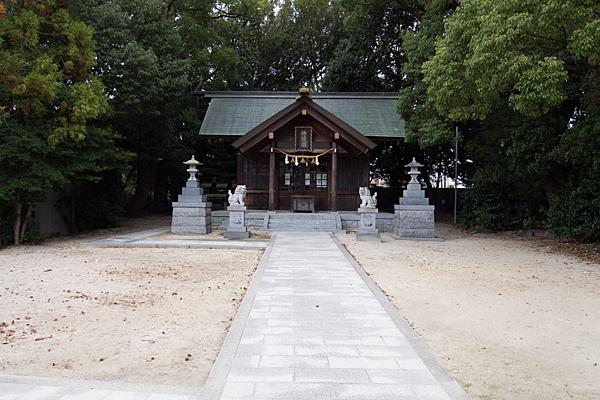 平手神明社拝殿前