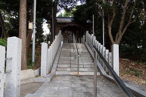 籠山神社拝殿前
