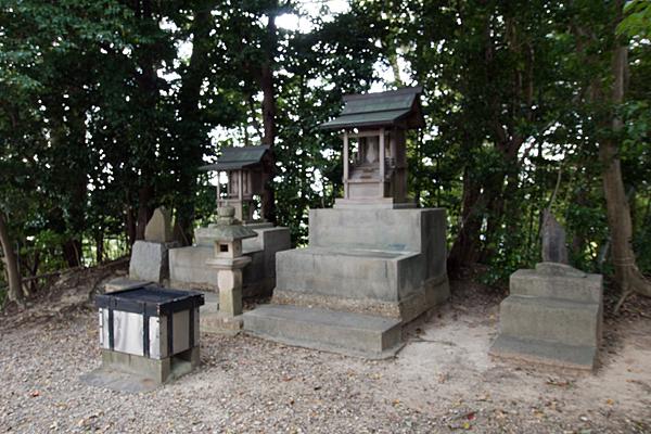 諸ノ木明神社の社二社と石神