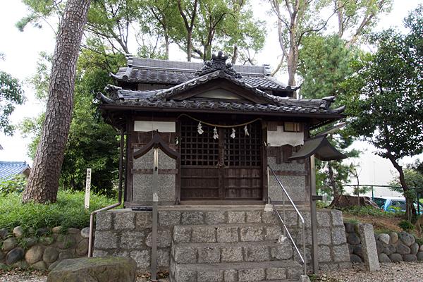 曽根神明社拝殿前