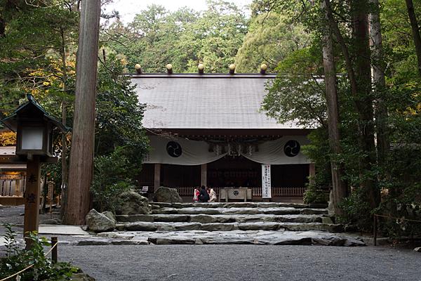 椿大神社拝殿前