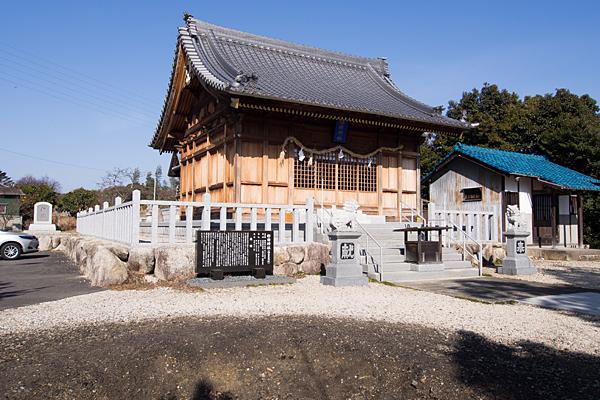 移田神社拝殿斜めから
