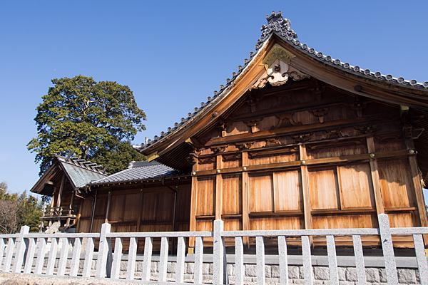 移田神社社殿横から