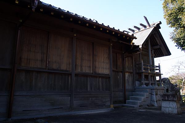 移田神社本殿横から