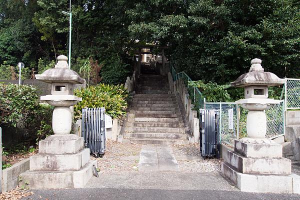妙見宮灯篭階段下