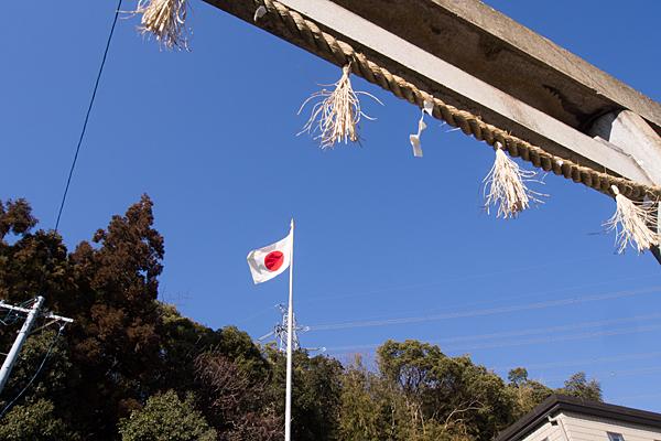 鳥居と国旗
