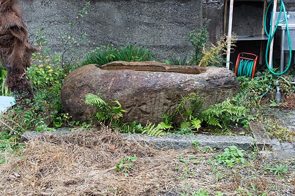 千年1八幡神社手水鉢