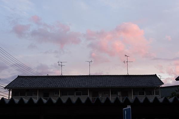道行き夕暮れと屋根