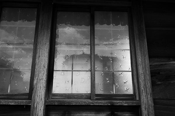 モノクロ古い窓