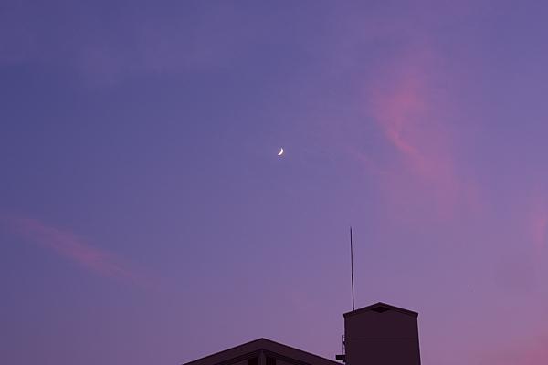 夕焼け空と月