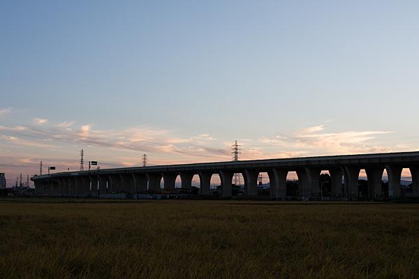 高速道路と田んぼ