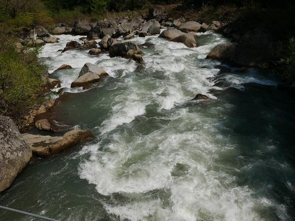 激流が岩をはむ