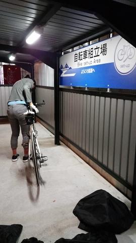 尾道駅の自転車組み立て場で組み立てします。