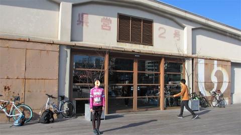 ONOMICHI U2前で記念写真@シロクマカフェレーシング