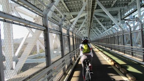 因島大橋を走り抜けます。