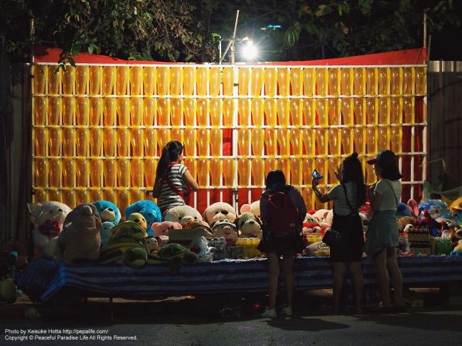 ラオス ヴィエンチャン(ビエンチャン) ゲーム屋台で遊ぶ子どもたち