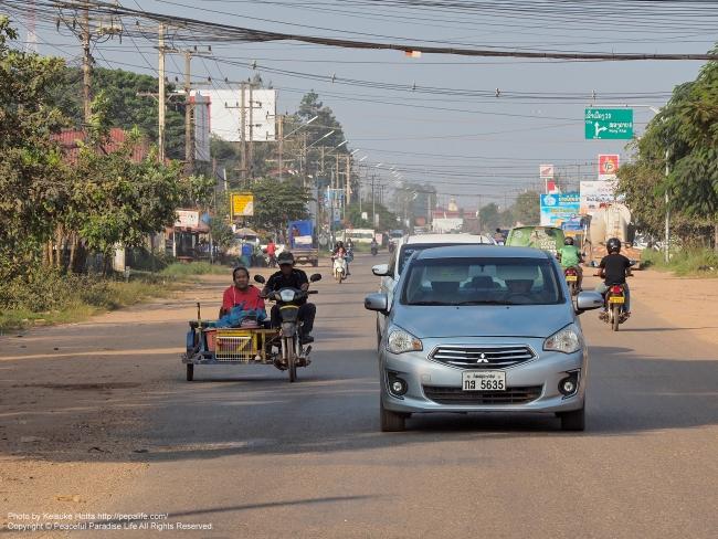 ラオス ヴィエンチャン(ビエンチャン)郊外の大きな道路