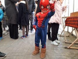 【写真】いちご狩りに来園したミニスパイダーマン