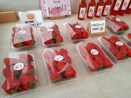 【写真】店頭ワゴンに並んだポレポレ苺のパック