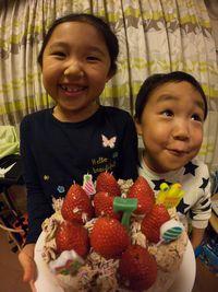 【写真】ポレポレ苺をのせたバースデーケーキを前に笑顔の姉弟