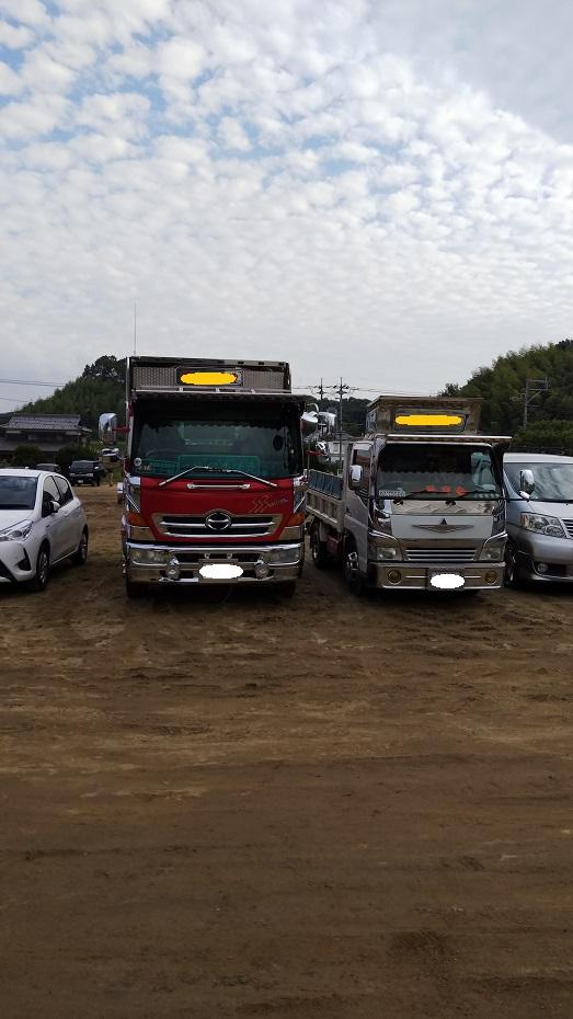 岡山県の中国職業能力開発大学校内の倉敷市災害ボランティアセンター駐車場に止めているトラックや幕です。