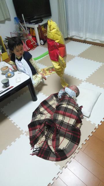 息子、ぷーさんの風船に夢中