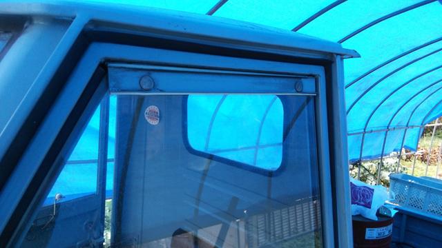 ベスパカー・アペの窓のストリップというL字型の部品を交換前