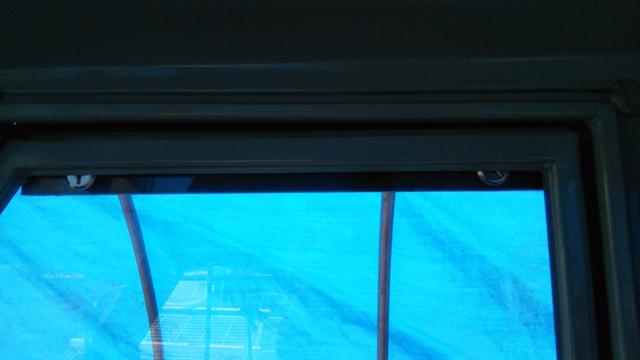 ベスパカー・アペの窓のストリップというL字型の部品を交換後 室内から