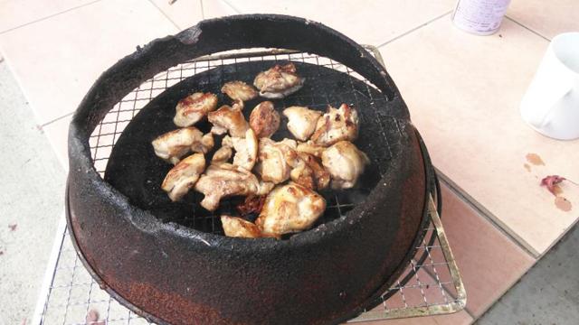 肉を焼くのを炭火で
