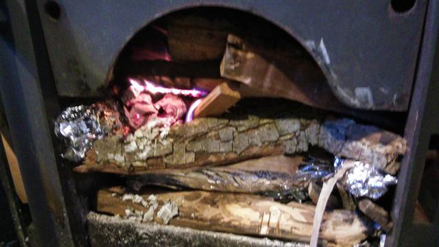紙に火をつけ薪ストーブの中の炎を大きくしていきます