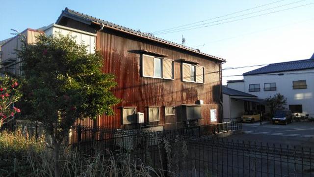 錆びたトタン壁の家