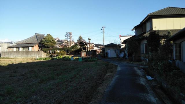 お寺と畦道