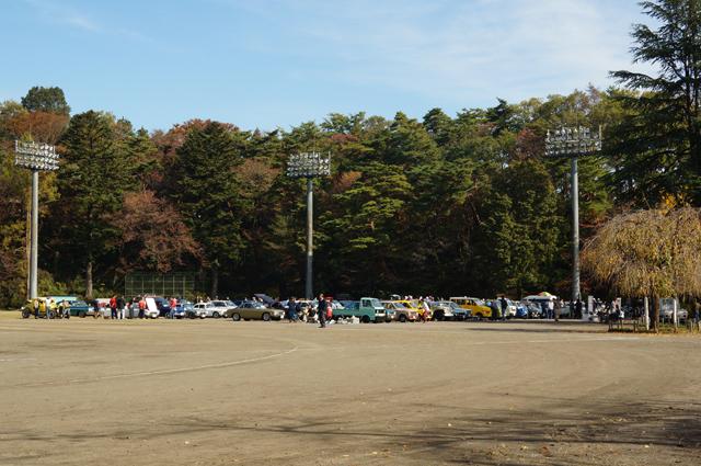 青梅懐古自動車同窓会でグラウンドに並んだ古い車たち