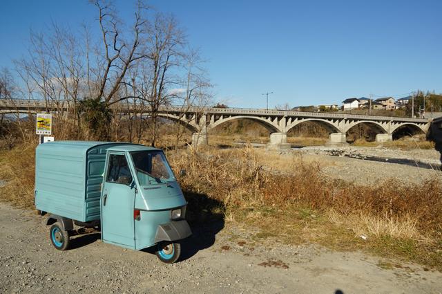 秋川にかかる古い橋とベスパカー