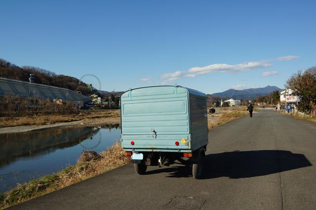 秋川の堤防を行く