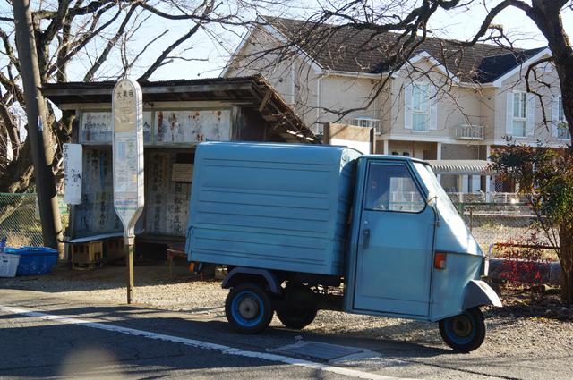 ベスパカーと古びたバス停