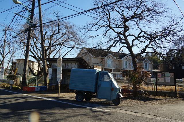 大泉寺のバス停とピアジオベスパカー