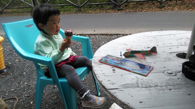 ソフトクリームを食べる