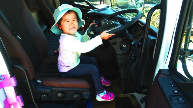 日野のプロフィアという大型トラックに乗って楽しそうな子供