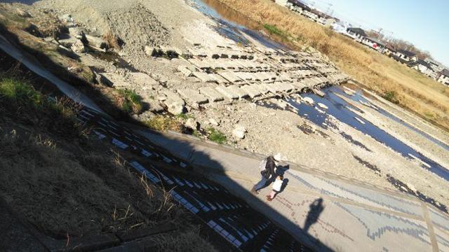 浅川の堰を渡って