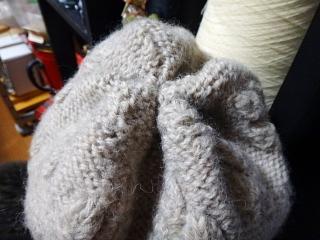 短くしたつぼみ編みの帽子の頭頂
