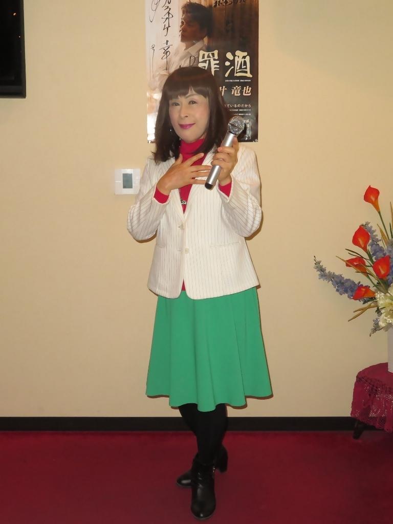 赤セータ緑スカ白ジャケカラオケ(3)