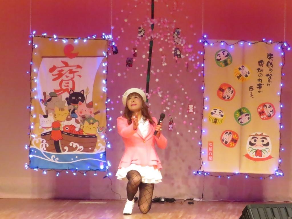 ピンクジャケット白マイクロ舞台(1)