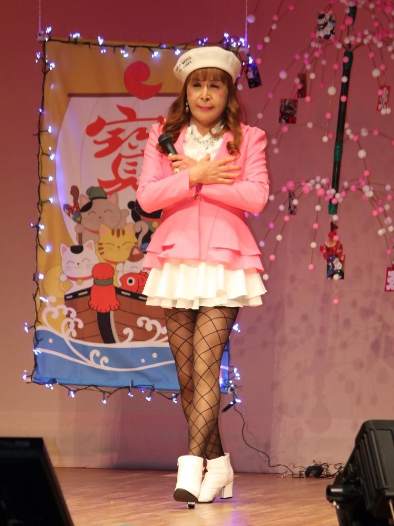 ピンクジャケット白マイクロ舞台(3)